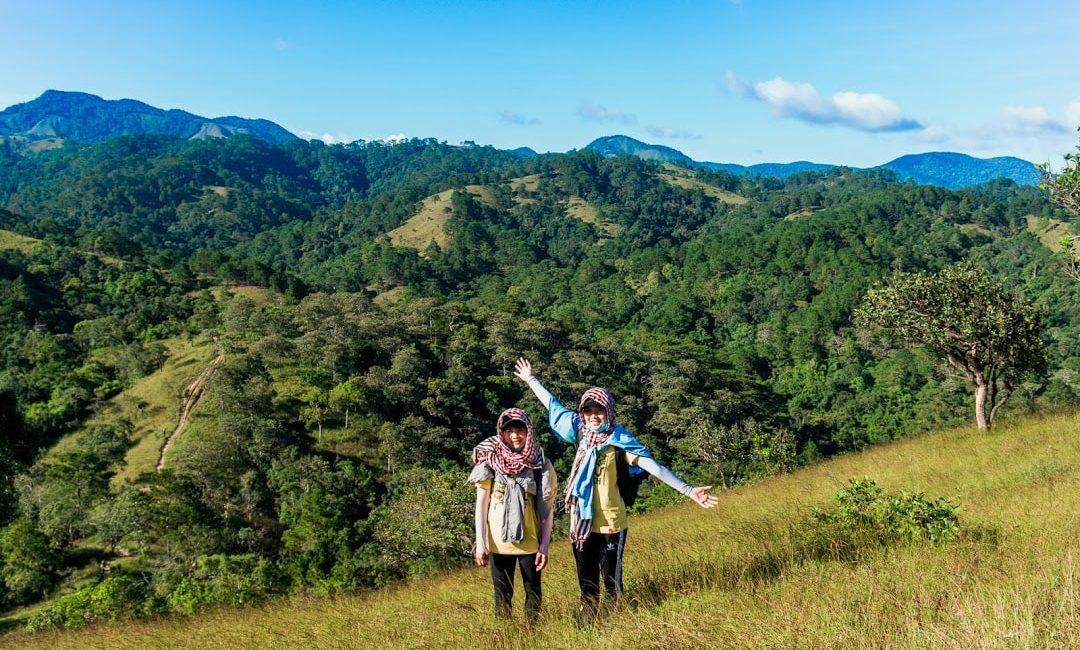 du khách chụp hình check-in bên đồi cỏ xanh mướt ở Tà Năng Phan Dũng