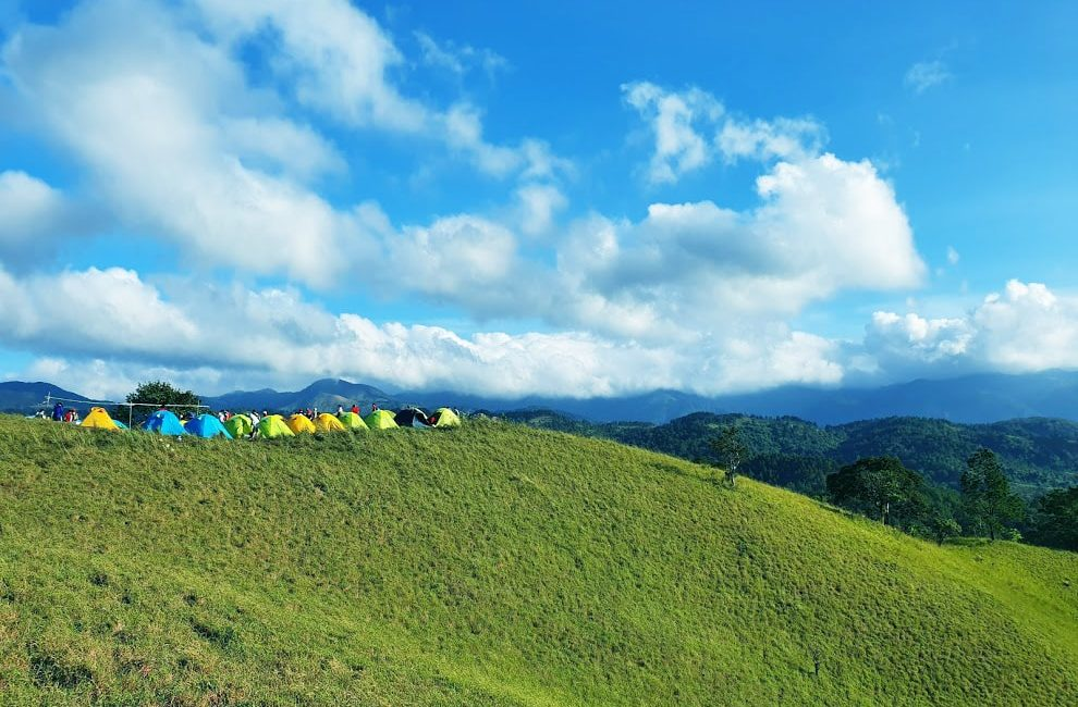 cắm trại trên đỉnh đổi trong chuyến khám phá Tà Năng Phan Dũng