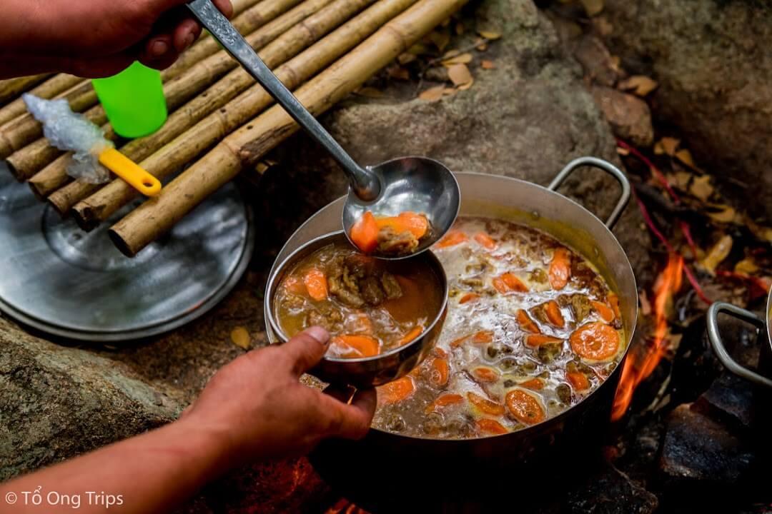 Bữa ăn do chính tay đầu bếp của Tổ Ong Adventure chuẩn bị