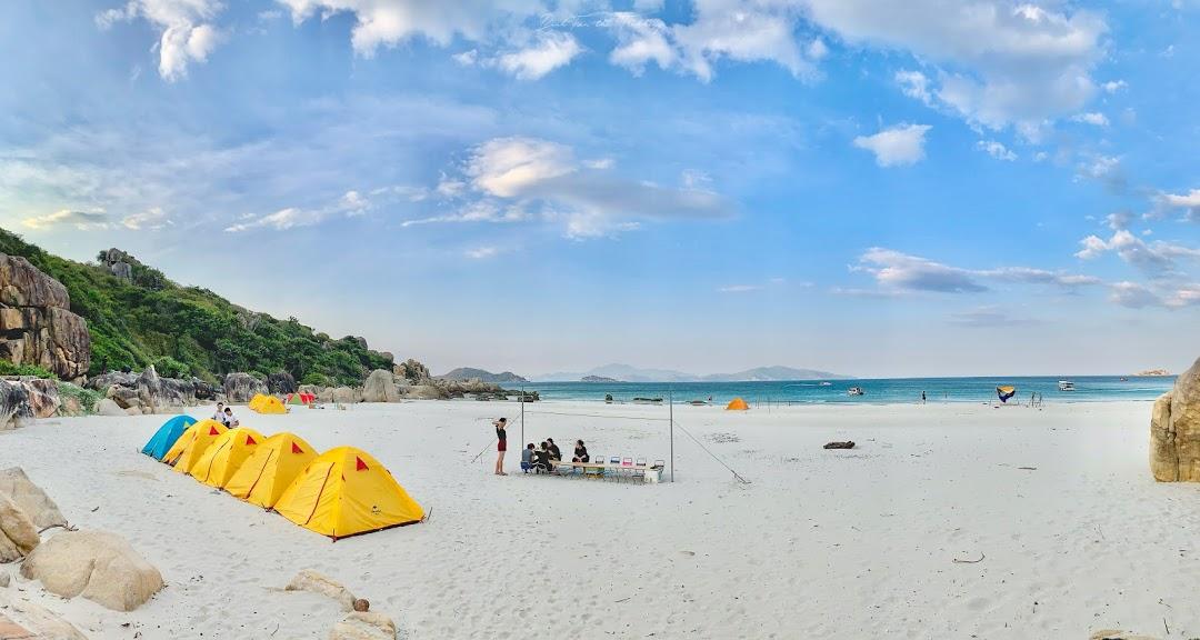 điểm cắm trại là một bãi biển vắng với bờ cát trắng trải dài