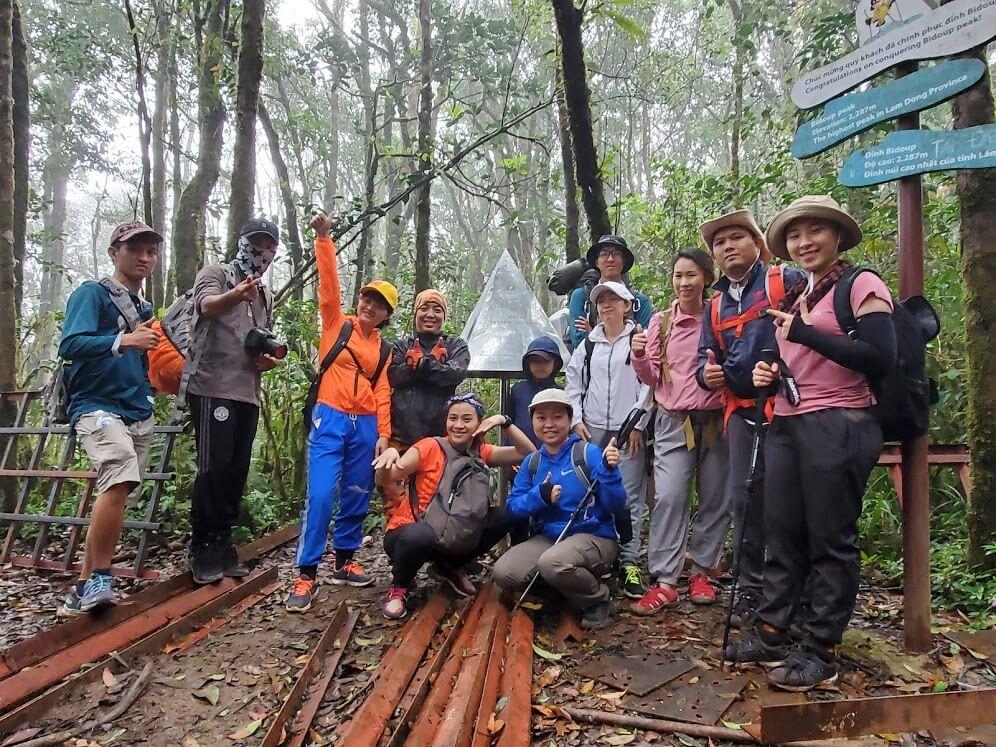 đoàn trekking check-in tại đỉnh chóp Bidoup