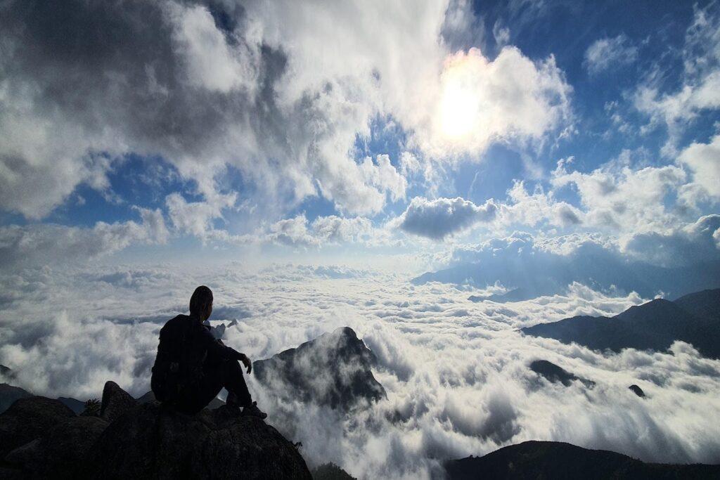 Trải nghiệm cảm giác tay chạm mây trên đỉnh Kỳ Quan San