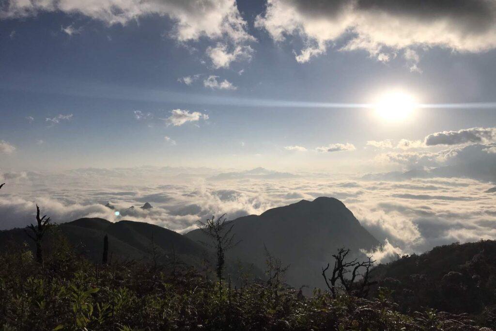 Vẻ đẹp của mặt trời trên mây ở đỉnh Ky Quan San trekking đón bình minh