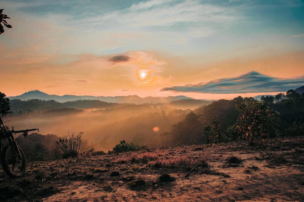 Đón vẻ đẹp hừng đông ló dạng ở núi Tà Năng trekking đón bình minh