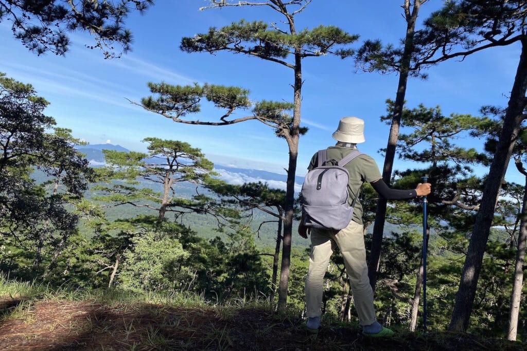 Trang phục phù hợp sẽ giúp bạn thoải mái hơn khi trekking đấy