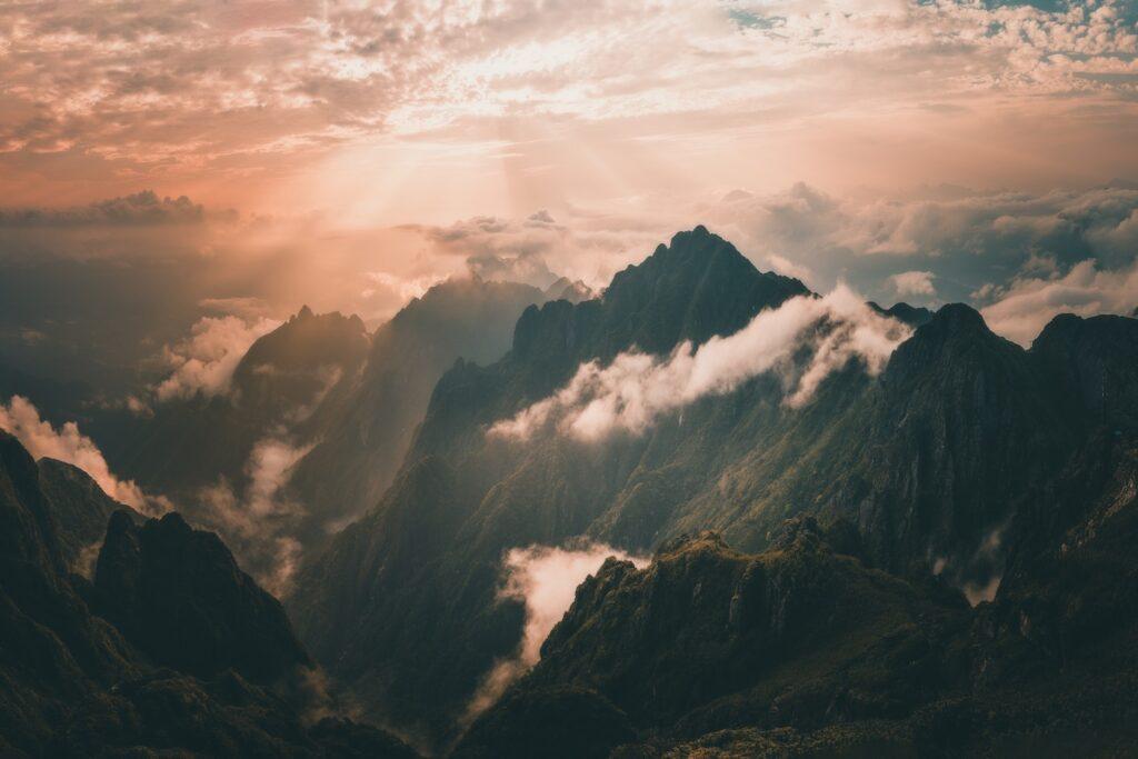 Vẻ đẹp hấp dẫn khách du lịch đến chinh phục đỉnh Fansipan